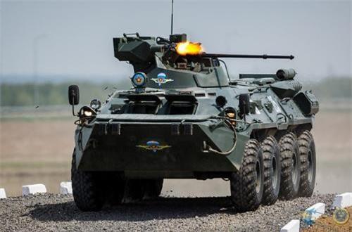 Ngoài 2A72, trên tháp pháo của BTR-82A còn có một khẩu đại liên PKT 7,62mm diệt mục tiêu cự ly gần. Nguồn ảnh: Wikipedia