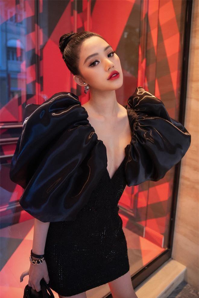 Tham dự sự kiện của một thương hiệu thời trang đẳng cấp, Hoa hậu Jolie Nguyễn đã lựa chọn 1 trong 42 thiết kế thuộc BST Thu-Đông 2019 của NTK Công Trí.