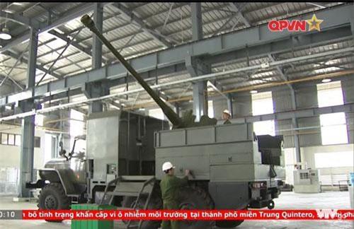 Trong đoạn phóng sự phát trên kênh Quốc phòng Việt Nam mới đây lần đầu giới thiệu mẫu pháo tự hành thế hệ mới do nhà máy Z751 thiết kế, chế tạo. Thành tựu này tiếp tục tăng cường thêm sức mạnh lực lượng pháo tự hành của quân đội ta trong tương lai gần. Khẩu pháo mới sử dụng khung gầm xe bánh lốp Ural 4320 6x6 bánh lắp pháo 85mm D-44 lấy từ các khẩu xe kéo hệ cũ. Nguồn ảnh: Quốc phòng Việt Nam