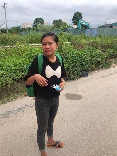 Cô gái người Dao đứng khóc ven đường trên Đại Lộ Thăng Long.
