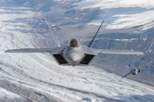 """Dù cùng là tiêm kích thế hệ năm, tuy nhiên F-22 Raptor lại là chiến đấu cơ được tối ưu hoá cho nhiệm vụ chiếm ưu thế trên không trong khi đó F-35 lại là loại tiêm kích được tối ưu hoá cho nhiệm vụ yểm trợ mặt đất, vậy nên rất khó để có thể so sánh xem hai tiêm kích thế hệ năm này của Mỹ loại nào """"ngon"""" hơn. Nguồn ảnh: Sina."""