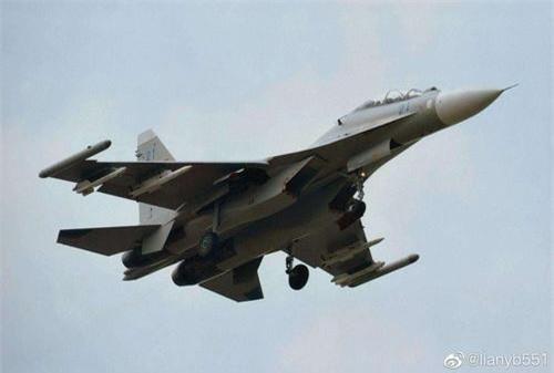Tiêm kích Su-30MK2 của Không quân Hải quân Trung Quốc mang tên lửa R-73 và R-77 dưới cánh. Ảnh: Sina.