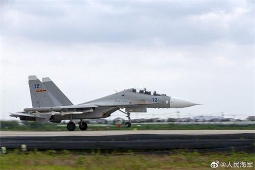 Tiêm kích Su-30MK2 của Trung Quốc mang tên lửa không đối không nội địa PL-8 và PL-12. Ảnh: Sina.