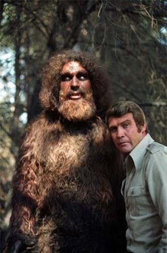 """Đô vật khổng lồ André René Roussimoff (1946 - 1993) sống ở Pháp còn được biết đến với tên gọi André the Giant. Anh được mệnh danh là """"kỳ quan thứ 8"""" của thế giới khi sở hữu chiều cao 2,24m và nặng 240 kg. Điều thú vị là Roussimoff từng đóng vai quái vật Bigfoot trong chương trình truyền hình nổi tiếng """"The 6 Million Dollar Man"""" nhờ thân hình to lớn như người khổng lồ."""