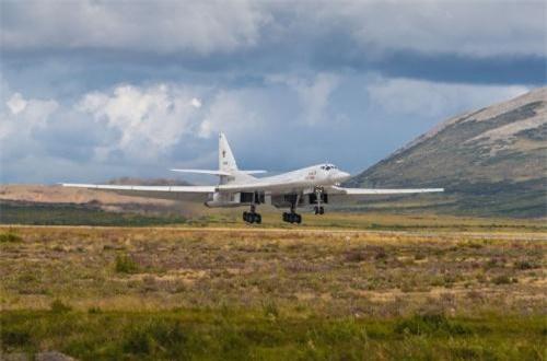 Trong ảnh, máy bay ném bom chiến lược Tu-160 hạ cánh xuống sân bay ở Anadyr - thị trấn cực đông của nước Nga ở bán đảo Chukotka. Nguồn ảnh: Bộ Quốc phòng Nga