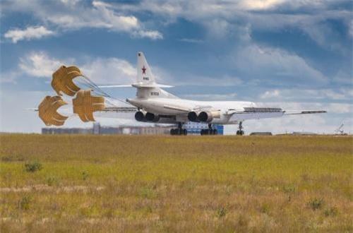 Có thể nói, 6.000km là một con số cực kỳ khủng khiếp, nhưng theo Wikipedia, đó chưa phải là tầm bay cực đại mà Tu-160 có thể đạt được. Nguồn ảnh: Bộ Quốc phòng Nga