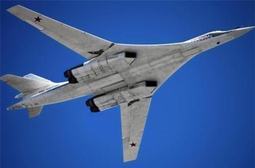 Thực tế, theo thiết kế, máy bay ném bom chiến lược Tu-160 có thể đạt tầm bay cực đại lên tới 12.300km mà không cần phải tiếp nhiên liệu. Nguồn ảnh: Bộ Quốc phòng Nga