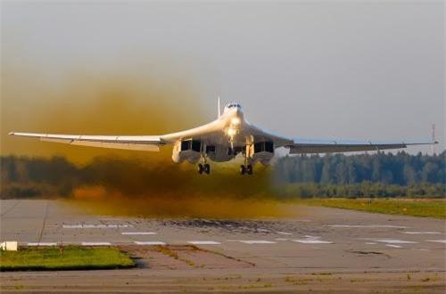 Tất nhiên để bay được xa như vậy, Tu-160 cũng phải có khả năng chở lượng lớn nhiên liệu. Do đó, kích cỡ của nó là cực kỳ khủng khiếp, Tu-160 có chiều dài 54,1m, sải cánh 55,7m khi xòe hết cỡ và 35,6m khi khép lại, cao 13,1m, trọng lượng rỗng 110 tấn, trọng lượng cất cánh tối đa 275 tấn. Nguồn ảnh: Airliners.net
