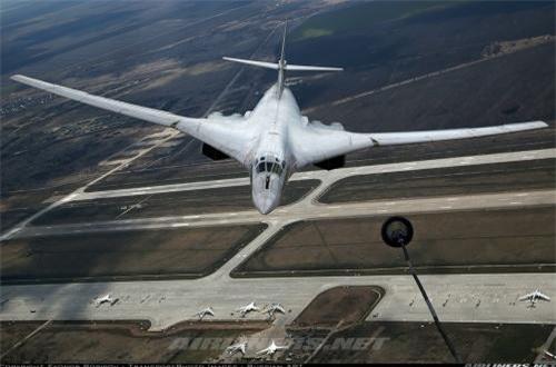 Tu-160 có khả năng chở tới 45 tấn bom - tên lửa trong hai khoang vũ khí lớn. Nguồn ảnh: Airliners.net