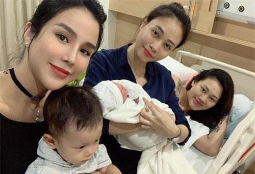 Đàm Thu Trang giản dị thăm bạn thân Pông Chuẩn hạ sinh con thứ 2