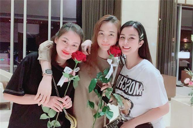 Khoe ảnh dành cả thanh xuân thăm hội bạn thân sinh em bé, Đàm Thu Trang khiến fan hối thúc: Bao giờ đến lượt chị? - Ảnh 2.