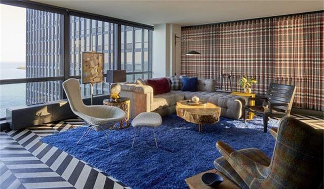 Khung cửa kính lớn mang đến cho không gian phòng khách lượng ánh sáng đầy đủ, bạn có thể tận hưởng những tia nắng sớm và nhìn ngắm quang cảnh bên ngoài phòng khách một cách thoải mái nhất.