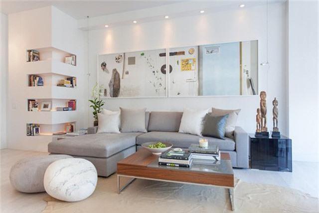 Lựa chọn đồ nội thất thay thế cũng là một biện pháp mà bạn cần phải biết đến khi mua sắm trang trí phòng khách. Thay vì lựa chọn 2 chiếc ghế đơn thì bạn có thể dùng ghế đôn để tiết kiệm được nhiều không gian sử dụng hơn khi căn phòng khách không quá rộng rãi.