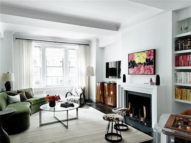 Nếu nền tường đơn sắc thì bạn nên lựa chọn một bức tranh trang trí nổi bật nhiều màu sắc và ngược lại, nếu phòng khách sử dụng giấy dán tường họa tiết, bạn có thể thay thế những bức tranh treo tường bằng gương trang trí hay khung ảnh đơn giản.