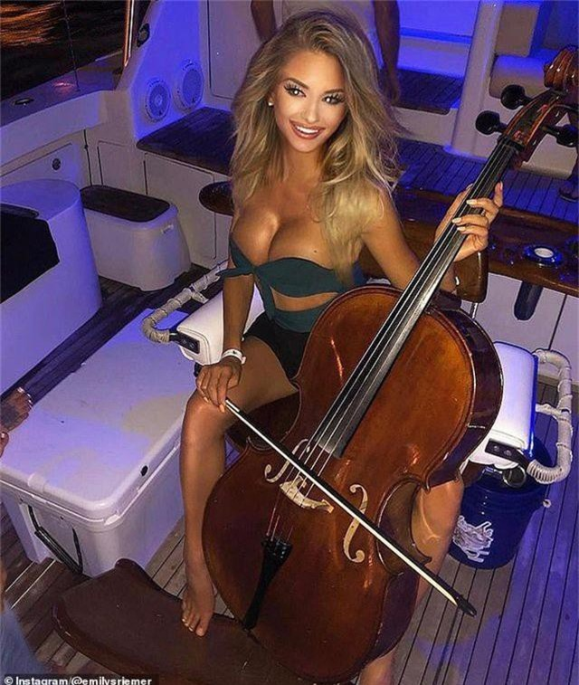 """Nữ nghệ sĩ cello gây """"sốt mạng"""" vì... sexy đi câu cá - 7"""
