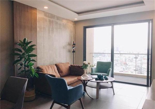 Căn hộ này có view nhìn ra thành phố với lối thiết kế đơn giản nhưng trang nhã, hiện đại gồm có 2 phòng ngủ, một phòng bếp và một phòng khách với lối thiết kế hiện đại nhưng vẫn toát lên nét mộc mạc và ấm áp.