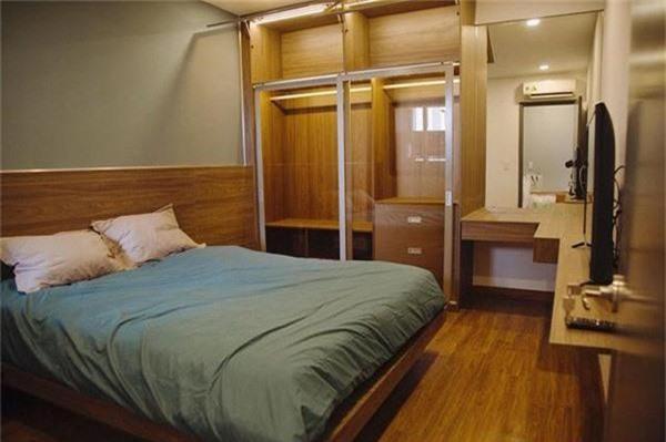 Phòng ngủ của nữ diễn viên cũng được bao phủ bởi tông nâu và xanh thẫm.
