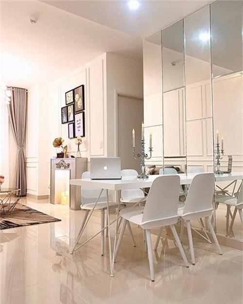 Nội thất khá sang chảnh, hiện đại, mang đến cảm giác tươi trẻ, phù hợp với tính cách của chủ nhà.