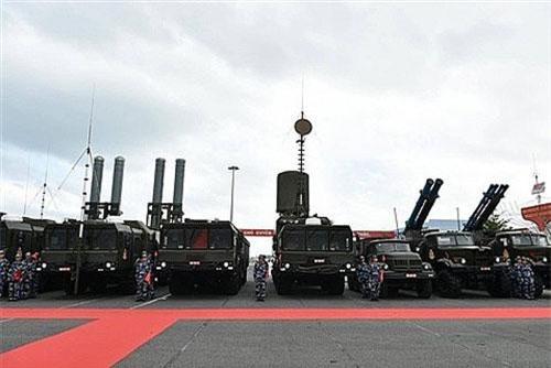 Các hệ thống tên lửa bờ hiện đại của Việt Nam được trưng bày trong lễ thượng cờ tàu ngầm Kilo 636. Ảnh: Báo Đất Việt.