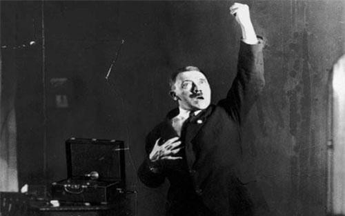 Ít ai có thể biết được rằng, trùm phát xít Hitler đã luyện tập các bài phát biểu nhiều lần trước khi sự kiện diễn ra. Thậm chí, nhà độc tài Đức quốc xã còn cho người chụp ảnh để xem các tư thế, biểu hiện của bản thân có như mong muốn nhằm gây ấn tượng mạnh với người nghe hay không.