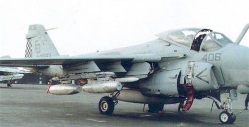 Bom napalm Mk 77 trên máy bay cường kích A-6 Intruder của Hải quân Mỹ. Ảnh: War History Online.