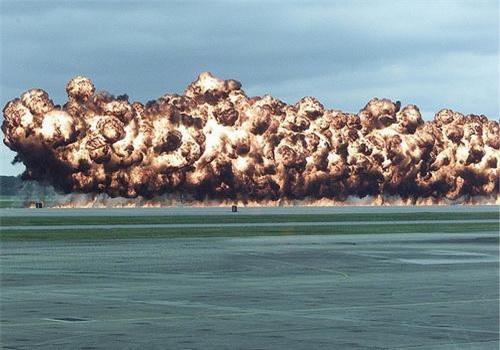 Một vụ thử nghiệm bom sử dụng hợp chất napalm-B, có thành phần chính là benzen và polystyrene được tiến hành vào thời điểm năm 2003. Ảnh: Business Insider.