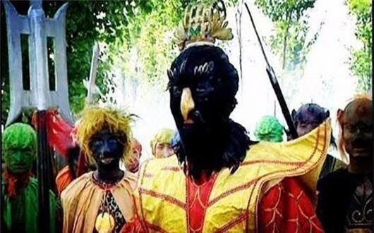 Kim Sí Điểu là tam đệ trong ba đại ma vương thống lĩnh núi Sư Đà. Lão đại nguyên là con sư tử vật cưỡi của Văn Thù Bồ Tát. Lão nhị là con voi vật cưỡi của Phổ Hiền Bồ Tát.