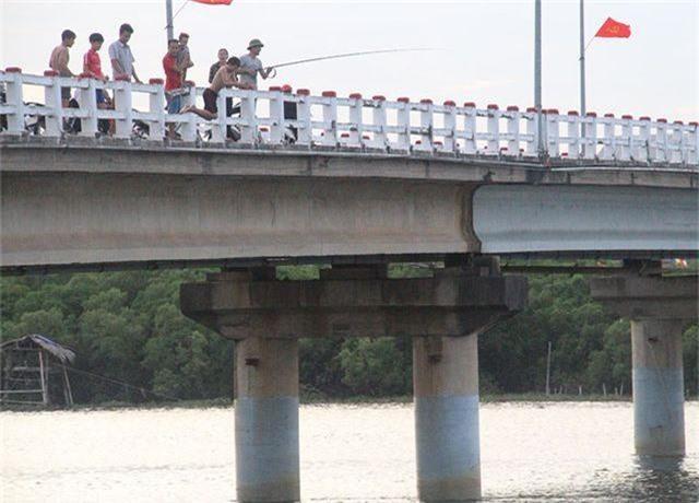 Khiếp đảm chứng kiến những đứa trẻ thi nhau nhảy cầu tắm sông từ độ cao hơn 15m - 3