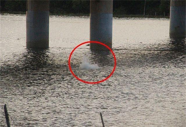 Khiếp đảm chứng kiến những đứa trẻ thi nhau nhảy cầu tắm sông từ độ cao hơn 15m - 4