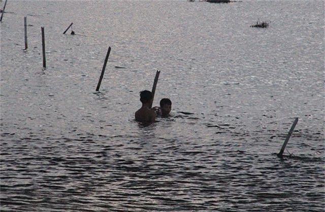 Khiếp đảm chứng kiến những đứa trẻ thi nhau nhảy cầu tắm sông từ độ cao hơn 15m - 9