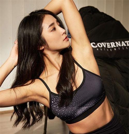 Không chỉ sở hữu vóc dáng đẹp, Yuju còn được trời phú cho gương mặt đẹp, đôi mắt biết cười.