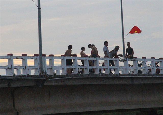 Theo những người dân sống gần cầu Hộ Độ (cây cầu nối huyện Lộc Hà và thành phố Hà Tĩnh)n nhiều năm nay, cứ mỗi buổi chiều hè, hàng chục thanh thiếu niên lại tụ tập trên cây cầu này rồi nhảy ùm xuống sông tắm. Việc các em nhảy cầu từ độ cao khá lớn rất nguy hiểm, tuy nhiên không thấy biện pháp ngăn chặn nào từ chính quyền địa phương.