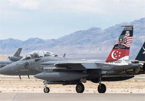 Phiên bản tiêm kích F-15SG của Singpore ban đầu là bản F-15E, sau đó được Mỹ cải biên thành chiến đấu cơ F-15 với mã đuôi SG (viết tắt của Singapore) và chỉ được xuất khẩu cho quốc gia nhỏ bé ở Đông Nam Á này. Nguồn ảnh: Aviation.