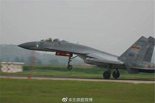 Đầu thập niên 1990, Trung Quốc đã đặt hàng tổng cộng hơn 100 tiêm kích chiếm ưu thế trên không hạng nặng Su-27SK/UBK từ Nga và cả linh kiện để lắp ráp phiên bản nội địa J-11, quá trình giao hàng diễn ra từ năm 1992 đến 2007.