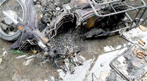 Một xe máy hư hỏng do đám cháy gây ra