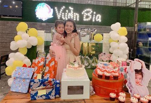Tiệc sinh nhật của bé được trang trí không quá cầu kỳ nhưng lại rất ấm cúng, dễ thương