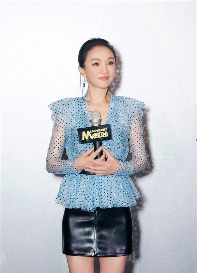 Châu Tấn xuất hiện tại sự kiện quảng bá mới đây. Nhan sắc và style trẻ trung của cô nàng khiến không ít người bất ngờ.