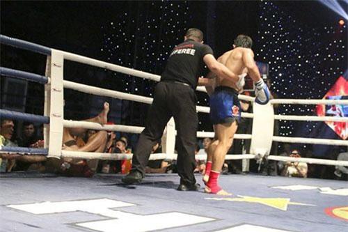 Võ sĩ Nguyễn Trần Duy Nhất đá văng đối thủ ra khỏi sàn đấu (Nguồn: Khám phá)