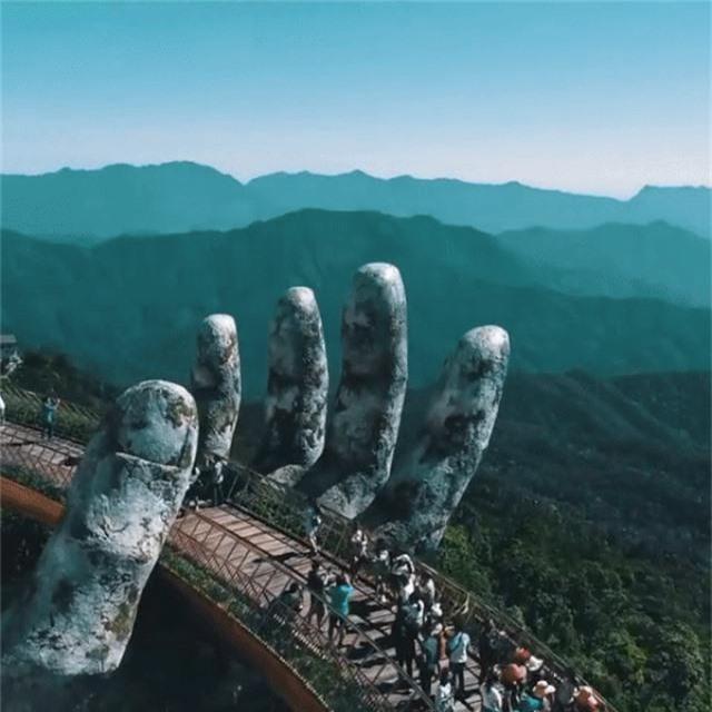 Cầu bàn tay khổng lồ vừa khai trương ở Trung Quốc trông giống cầu Vàng Việt Nam - 3