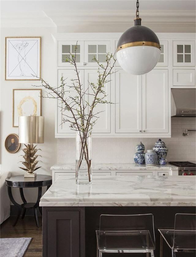 Kiểu đèn vừa mang hơi hướng hiện đại lại đôi chút hoài cổ thường được lựa chọn để trang trí phòng bếp hay bên trong nhà tắm.