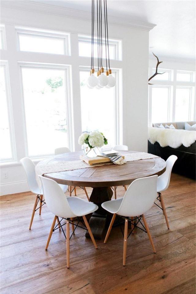 Mẫu đèn hình cầu với thiết kế tạo thành chùm rất thích hợp để trang trí phòng ăn hay phòng khách hiện đại.