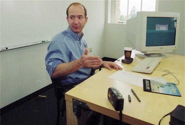 Tỷ phú hàng đầu thế giới làm việc trên chiếc bàn thế nào? - Ảnh 1.