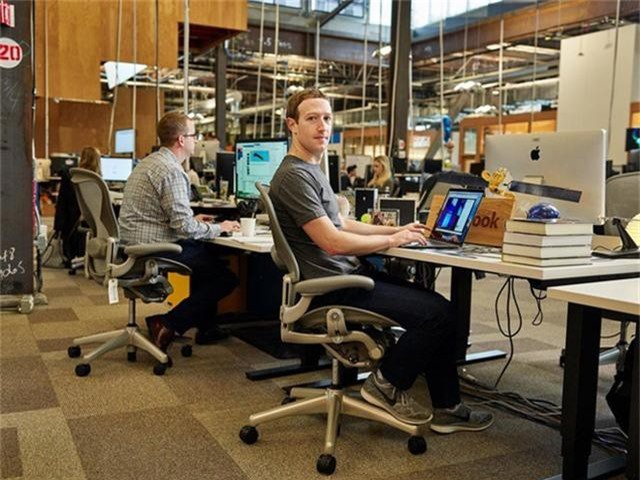 Tỷ phú hàng đầu thế giới làm việc trên chiếc bàn thế nào? - Ảnh 3.
