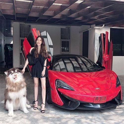 Porsche Boxster là chiếc xe yêu thích nhất của cô. Hot girl xứ Chùa Vàng đã được cha tặng nó khi tốt nghiệp hạng xuất sắc ở Anh.