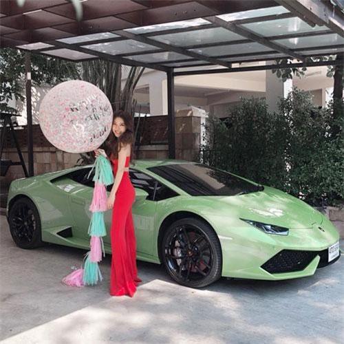 Cô khiến nhiều người ngưỡng mộ khi đổi xe hàng ngày. Tuy hot girl 9x rất cưng chiếc Porsche Boxster nhưng cô lại đam mê với dòng xe Lamborghini, đây cũng là thương hiệu xe mà cô yêu thích từ bé.
