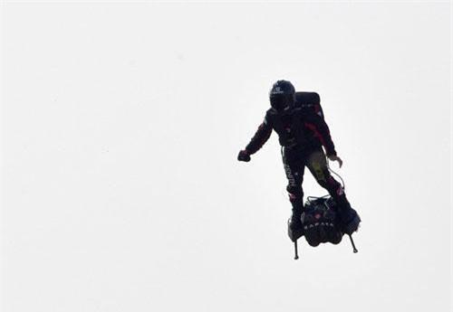 """""""Người bay"""" Franky Zapata trên chiếc xe điện tự cân bằng vận hành bằng động cơ phản lực. Ảnh: AFP"""