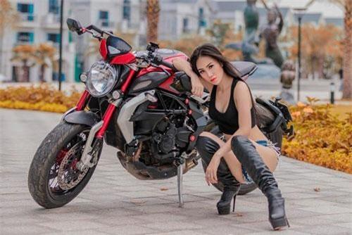 Người mẫu Kim Anh bên mô tô Dragster 800 RR.