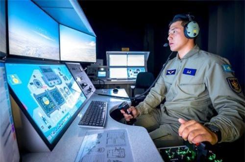 Trang mạng Informburo.kz vừa đăng tải bộ ảnh tuyệt đẹp ghi lại hình ảnh quý giá bên trong trung tâm huấn luyện mô phỏng phục vụ việc đào tạo phi công lái tiêm kích đa năng Su-30SM của Kazakhastan. Trung tâm này được lắp đặt và quản lý bởi căn cứ huấn luyện không quân 604 ở Taldy, Kazakhstan. Ảnh: Informburo