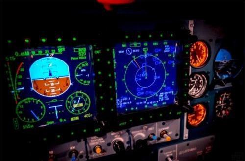 """Su-30SM trang bị 3 màn hình LCD hiện sóng radar, tham số kỹ thuật bay, bên cạnh đó vẫn còn tồn tại một số đồng hồ cơ học. Khác với phương Tây, họ gần như bỏ sạch đồng hồ cơ mà thay bằng các màn hình LCD màu """"toàn tập"""". Ảnh: Informburo"""
