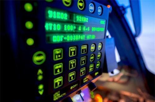 Đại diện của Không quân Kazakhstan cho hay, với hệ thống mô phỏng, ngoài việc lái máy bay, phi công còn có thể được giả lập sử dụng vũ khí phức tạp, xử lý sự cố. Đây là những thứ mà nếu sử dụng máy bay thật thì rất khó để phi công học viên trải nghiệm nhiều do vấn đề tài chính. Ảnh: Informburo